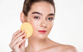 Pulisci il viso con i detergenti adatti